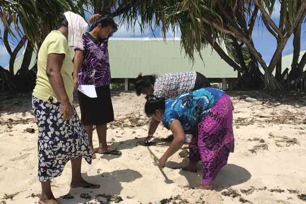 School teachers from Tarawa carry out practical experiments on beach changes as part of a training workshop on climate change adaptation under the EU PacTVET Project in Kiribati.