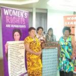 Des femmes occupant des positions importantes à l'échelon local suivent une formation sur les droits de la personne et le leadership